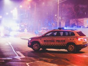 Opilý muž ohrožoval na nádraží kolemjdoucí. Na záchytku ho převezli v poutech