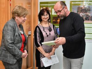 Více než dvacetiletou historii Centra pro pomoc dětem a mládeži v Českém Krumlově dokumentuje nová výstava