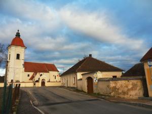 Bývalá fara v Dolních Slověnicích má jít k zemi. Památkáři jsou ale proti