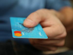 Útoků na on-line platby přibývá, škody loni činily téměř 700 miliard korun