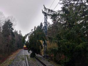 Mezi Budějcemi a Táborem opět jezdí vlaky. Bez elektřiny je stále přes devět tisíc domácností
