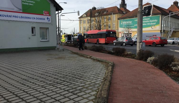 Autobus srazil u nemocnice dívku. Na místě zasahují záchranáři