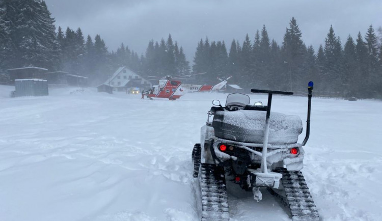 Muž při výstupu z lanovky utrpěl vážná zranění, letěl pro něj vrtulník