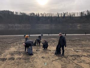 Dobrovolníci čistili dočasně upuštěnou nádrž Orlík, nasbírali tuny odpadků
