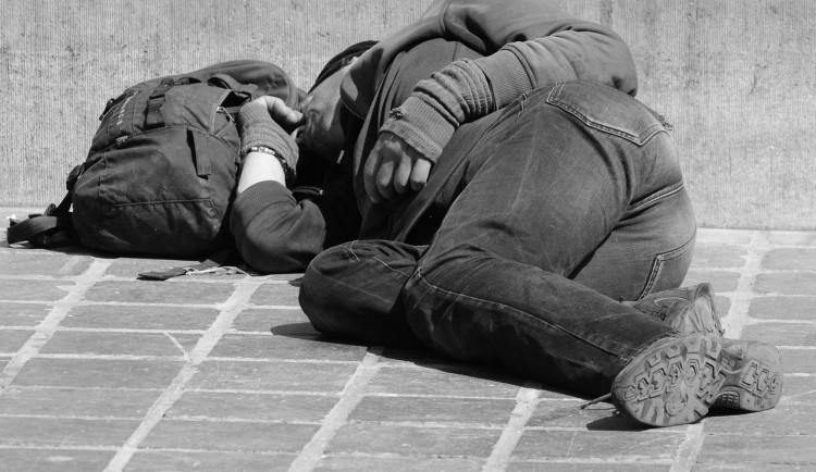 Bezdomovec si ustlal v centru Budějc, nadýchal téměř pět promile