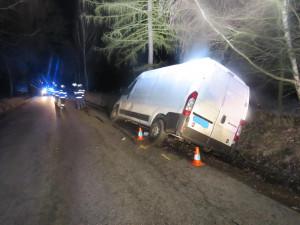 Další opilec za volantem. Řidič dodávky skončil mimo silnici a nadýchal přes dvě promile
