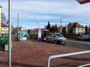 Policie hledá svědky nehody, při které byla autobusem sražena mladá dívka