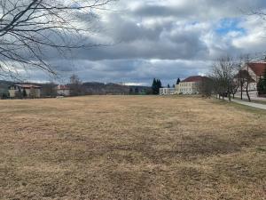 Město Rudolfov plánuje výstavbu supermarketu, někteří obyvatelé jsou proti
