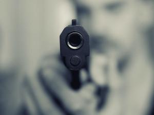 Mladý muž vytáhl v kině pistoli. Nadýchal přes čtyři promile