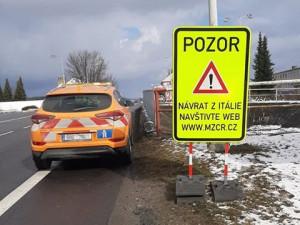 Informační tabule na hraničních přechodech odkazují lidi jedoucí z Itálie na web ministerstva zdravotnictví