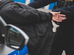 Cizinec pistolí ohrožoval skupinu mužů, zásahovka ho zpacifikovala a převezla do policejní cely