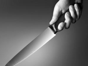 Muž vyhrožoval svému bratrovi, že ho vykuchá jako prase. Agresor nakonec nůž zabodl do bratrovy ruky
