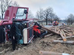 Nehoda nákladního auta uzavřela silnici, na pole se vysypaly klády