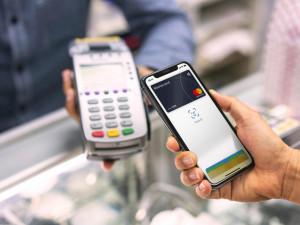 Možnost platby kartou i v těch nejmenších prodejnách? Díky iniciativě Česko platí kartou mohou obchodníci získat terminály na rok zdarma