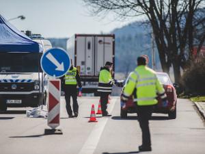 Na jihu Čech pomáhá na hranicích na šest desítek vojáků