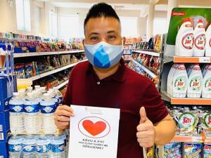 Vietnamští prodavači děkují srdíčkem. Pracovníkům záchranných složek nabízejí občerstvení zdarma