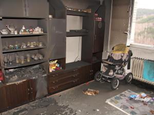 Z žárlivosti zapálil byt v domě. Hasiči museli evakuovat devět lidí