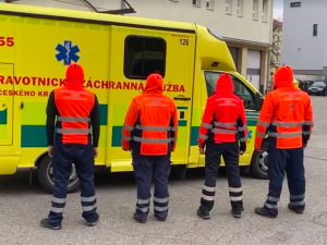 VIDEO: Češi se v karanténě baví různými výzvami. Přidali se i budějčtí záchranáři
