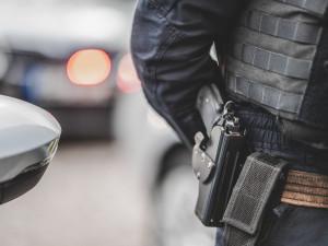 Hádka starších mužů skončila výhružkami zbraní a zraněním