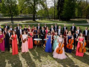 VIDEO: Není nutno od Uhlíře a Svěráka zpívala včera i Jihočeská filharmonie