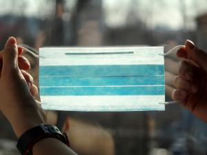 Město Český Krumlov chystá obyvatelům balíčky s rouškami a rukavicemi