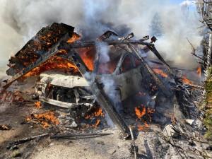 Při požáru auta a přístřešku vznikla škoda za více než milion korun