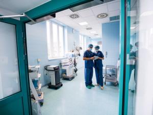 Pacientka prachatické nemocnice zatajila kontakt s nakaženou osobou, v karanténě je pět lékařů a jednatřicet lidí z personálu