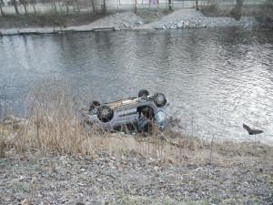 Osobák po dopravní nehodě skončil na břehu řeky, řidič se zranil