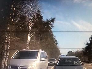 """VIDEO: Řidič osobáku se """"pověsil"""" za policejní auto, které pronásledovalo dodávku"""