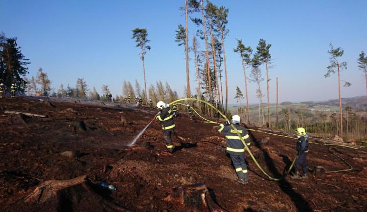 Na požár lesa hasiči spotřebovali 600 tisíc litrů vody, požár dostali pod kontrolu po devíti hodinách