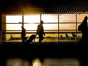 Lidé mohou ode dneška v odůvodněných případech vycestovat z Česka