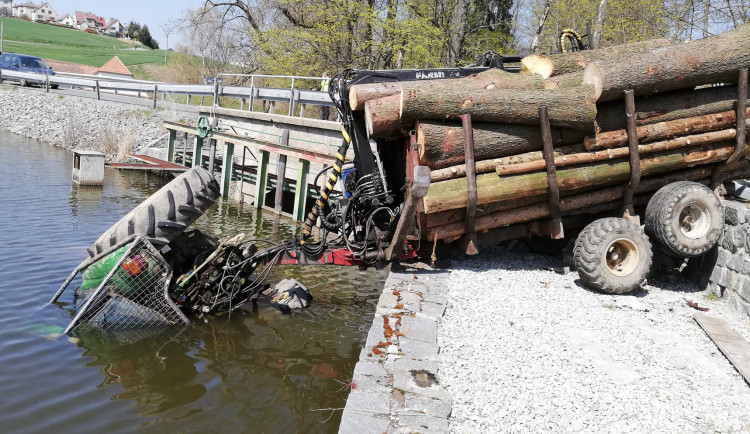 Traktor sjel s vlekem do rybníka, zraněný řidič vyplaval