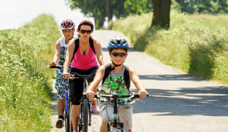 Jaro láká cyklisty. Jízda na kole baví i děti