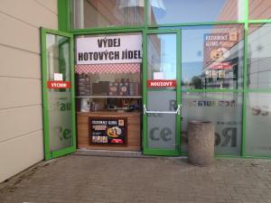 Globus zahájil prodej jídel přes okénko restaurace