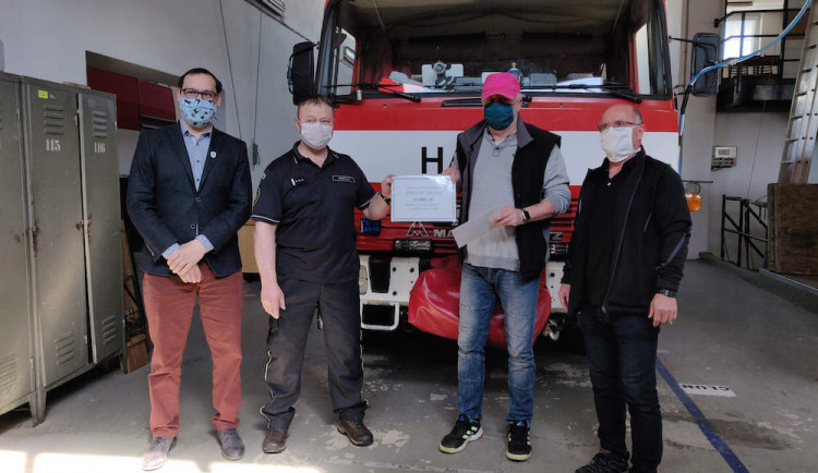 Tisknou pomůcky, skládají se na podporu hasičů a seniorů. Velešínská střední škola se aktivně zapojila do boje proti COVID-19