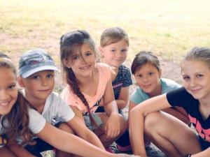 Chcete děti dostat od sociálních sítí do skutečného světa a naučit je něco nového? Zkuste příměstské tábory