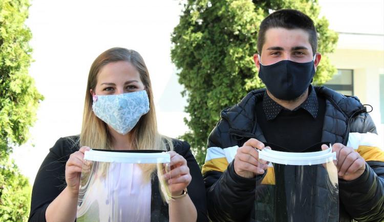 Lucie Roučková a Martin Pinta: Jsme rádi, že nám VŠTE umožnila vyrábět v 3D laboratořích ochranné štíty. Odezva je úžasná
