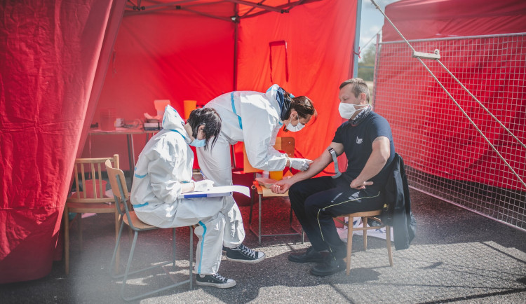 Profesní skupiny na jihu Čech od dnešního dne podstupují testy na koronavir