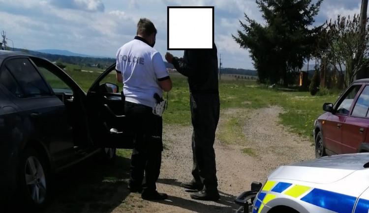 Policisté opilému muži zabavili auto, půjčil si jiné a opět pil