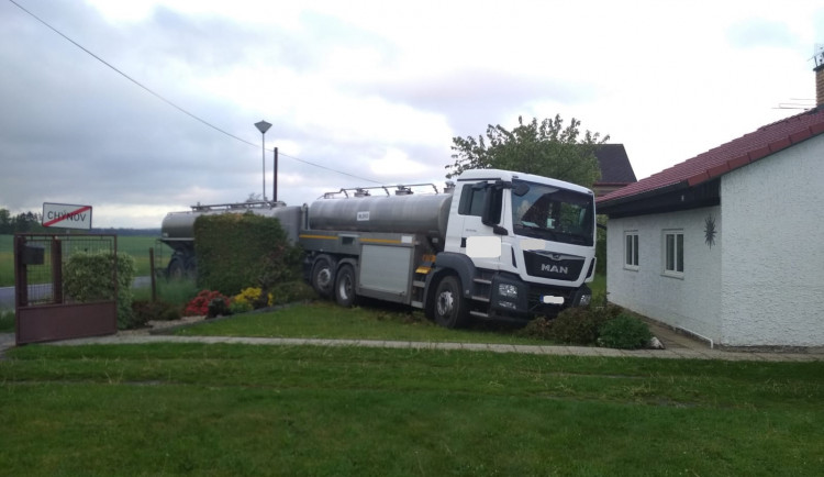 Cisterna s mlékem skončila na zahradě rodinného domu, na místě zasahovali hasiči