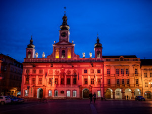 Budějcká radnice se rozsvítí červeně. Akce má připomenout oběti AIDS