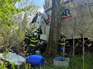 U Kaplice se srazila dodávka s náklaďákem. Řidiči utrpěli lehká zranění