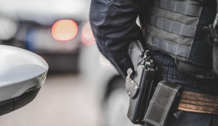 Zbraní mířil muži na hlavu a chtěl po něm peníze, zloděj nakonec utekl s mobilem
