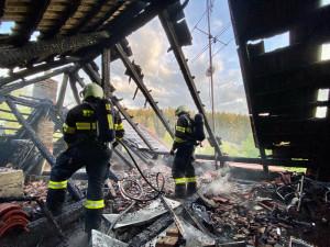 Požár střechy rodinného domu způsobil statisícovou škodu