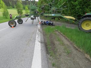 Při vážné dopravní nehodě se těžce zranil motorkář, na místo letěl vrtulník