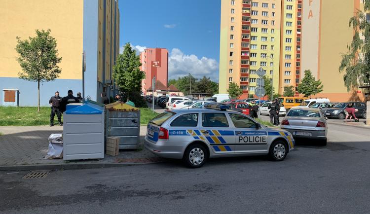 VIDEO: Při konfliktu na Máji se těžce zranili tři muži, další dva jsou v policejní cele
