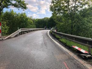 Silnice I/3 je u Netřebic neprůjezdná kvůli sesuvu půdy