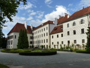 Zámek Jindřichův Hradec láká na nové pokoje, Třeboň otevře park