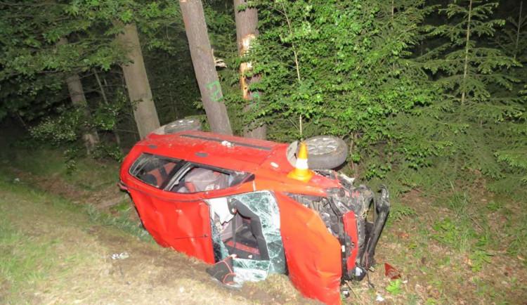 Mladá řidička nabourala u Majdaleny do dvou stromů. Před jízdou vypila půl litru vína