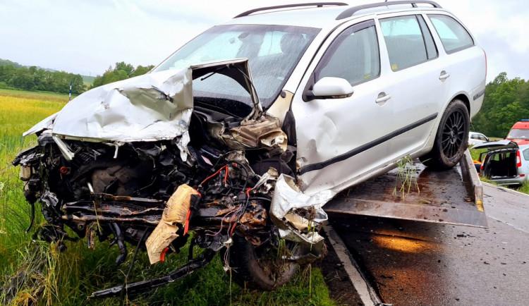 Při nehodě u Srubce se zranili tři lidé, silnice byla několik hodin zavřená